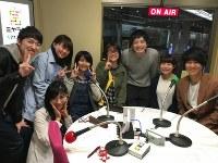 「オンエア」を終えて、スタジオで記念写真に納まる、MCの土橋優平さん(右から3人目)、パーソナリティーの佐藤愛純さん(同2人目)、友人ら=宇都宮市の「ミヤラジ」のスタジオで