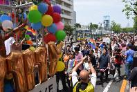 性の多様性をアピールしようと、東京都渋谷区の代々木公園周辺で行われた啓発行事「東京レインボー・プライド」のパレード。沿道からも声援が送られた