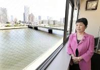 新しく移転した社民党本部の窓から隅田川を見つめる福島瑞穂副党首。橋の向こうはタワーマンションが並んでいた=東京都中央区で2017年5月12日、中村藍撮影