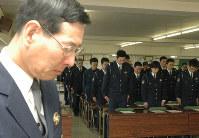 中村警部補の殉職から35年が過ぎた2006年、黙とうをささげる新潟中央署の大竹和義課長(手前左)と署員ら=新潟市寄居町の同署で