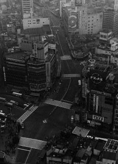 中核派の騒乱を予期して、車の通りも全くなく人影もまばらな東京・渋谷の街並み=本社ヘリから1971年11月14日撮影