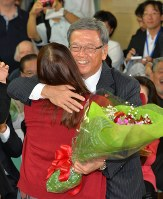 沖縄県知事選で長女と抱き合って勝利を喜ぶ翁長雄志知事。このころからうわさは急拡散していく=那覇市で2014年11月16日午後8時19分、野田武撮影