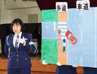 小学生に交通ルールを説明する藤本祥子巡査部長=和歌山県紀の川市江川中の市立上名手小で、最上和喜撮影