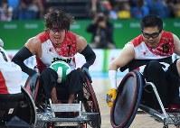 昨年9月のパラリンピック・リオ大会の車いすラグビー準決勝、オーストラリア戦第4ピリオド、攻め上がる池崎(左)と岸=徳野仁子撮影