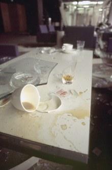三菱重工ビル爆破事件。爆発の衝撃で窓ガラスの破片やコーヒーカップが散乱する三菱重工本社周辺のビル内=1974年8月30日