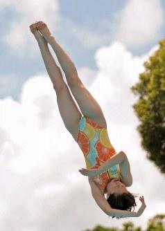 女子3メートル板飛び込みで優勝した馬淵優佳(甲子園学院)=那覇市の奥武山水泳プールで2010年8月19日、野田武撮影