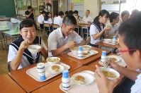 In this Sept. 29, 2016 file photo, junior high school students are seen eating school lunches in Inuyama, Aichi Prefecture. (Mainichi)