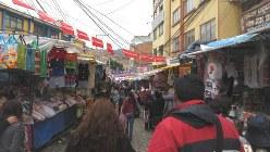 ラパス都心の市場(写真は筆者撮影)