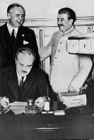 独ソ不可侵条約に署名するモロトフ・ソ連外相を見守るリッベントロップ独外相(後列左)とスターリン