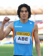 男子400メートル障害で2位になり、ガッツポーズする安部=手塚耕一郎撮影