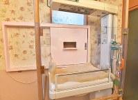 保育器が設置されている「こうのとりのゆりかご」の内部。扉には手紙が置かれ、相談を呼びかけている=熊本市で、徳野仁子撮影