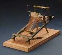 金銅製高機{たかはた}。織機のミニチュアで古代の織機の姿を示す日本最古の現存資料。実際に糸をかけて織ることができる。8~9世紀、伝御金蔵{おかなぐら}出土(宗像大社所蔵)=福岡県宗像市の宗像大社で2017年5月17日、森園道子撮影