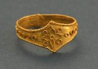 金製指輪。純金製で、正面の花文や円文は細い金板を蝋付け{ろうづけ}という高度な接合技術で貼り付けている。5~6世紀、7号遺跡出土(宗像大社所蔵)=福岡県宗像市の宗像大社で2017年5月17日、森園道子撮影