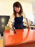 はけで漆を塗る平井さん=高松市上福岡町の「モリシゲ」で、山口桂子撮影
