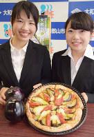 ピザをPRする奈良女子大の大原さん(左)と米山さん=奈良県大和郡山市で、熊谷仁志撮影