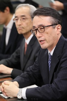 Bank of Tokyo-Mitsubishi UFJ Deputy President Kanetsugu Mike, right, who will take up the post of president next month, speaks at a news conference in Tokyo's Chuo Ward on May 24, 2017. (Mainichi)