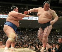Yokozuna Kisenosato, right, is beaten by Kotoshogiku, on Day 10 of the May Grand Sumo Tournament at Tokyo's Ryogoku Kokugikan sumo venue, on May 23, 2017. (Mainichi)