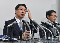 Former Vice Minister of Education, Culture, Sports, Science and Technology Kihei Maekawa, left, comments on the issues surrounding Kake Educational Institution, in Tokyo's Chiyoda Ward on May 25, 2017. (Mainichi)