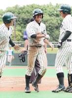 【セガサミー-JR東日本】七回裏JR東無死一、三塁、東條の左越え適時二塁打で一塁から還った影山(中央)を本塁で出迎え、喜ぶ選手たち=大田区の大田スタジアムで 25日、大迫麻記子撮影