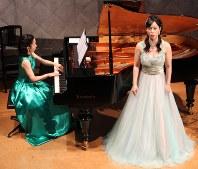 「ゴンドラの唄」を演奏するソプラノの豊田麻理奈さんとピアノの中村友美さん=富士河口湖町河口の「河口湖円形ホール」で