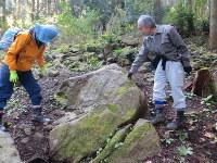 嶺岡牧に残る石切り場跡を調査する日暮晃一さん(右)=鴨川市細野地区の嶺岡山系で
