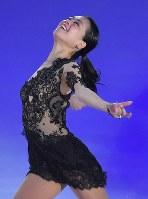 ファンタジー・オン・アイスで演技を披露する鈴木明子=千葉市美浜区の幕張イベントホールで2017年5月26日、手塚耕一郎撮影