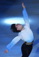 ファンタジー・オン・アイスで新しいショートプログラムの演技を披露する羽生結弦=千葉市美浜区の幕張イベントホールで2017年5月26日、手塚耕一郎撮影