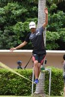 綱渡りのトレーニングをする葛西紀明=沖縄県宮古島市で2017年5月25日、江連能弘撮影