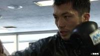 <プロフィル>村田諒太(むらた・りょうた) 1986年、奈良県生まれ。高校時代に国体やインターハイなど高校タイトル5冠を達成し、全日本選手権3連覇。2008年北京五輪を逃し一度引退、東洋大職員となるが翌年に現役復帰する。2011年世界選手権で日本人選手初の銀メダルを獲得し、2012年ロンドン五輪で金メダルを獲得。2013年プロ転向し13戦目で挑んだ世界戦では同級1位のアッサン・エンダムに判定で敗れたものの、そのジャッジが不可解としてWBA会長が不満を訴え異例の再戦を指示している。村田自身は趣味もボクシング観戦というほどのボクシングマニアで、妻と長男・長女の4人家族。現在31歳。