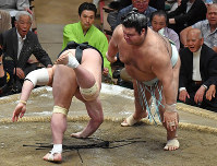 Sekiwake-ranked wrestler Takayasu, right, slaps down yokozuna Harumafuji on May 26, 2017, Day 13 of the May Grand Sumo Tournament, at Tokyo's Ryogoku Kokugikan sumo venue. (Mainichi)