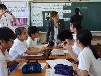 オリンピックの価値について話し合う生徒たち。中央は松田友里恵さん=八千代市立村上中で