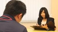 知能検査の訓練にあたる若手の心理技官=東京都練馬区の東京少年鑑別所で、飯田憲撮影