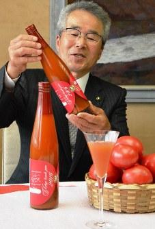 「日南トマト加工」が開発した高級トマトジュース「アイシャーラ」=鳥取県庁で、小野まなみ撮影