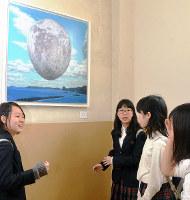 校内に展示された堺市ゆかりの作家の絵画作品を眺める生徒ら=堺市美原区の同市立美原西中で、藤河匠撮影