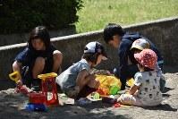 Children play in a sandbox in the city of Kuki, Saitama Prefecture, on May 5, 2017. (Mainichi)