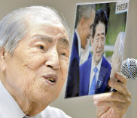 Sunao Tsuboi, a survivor of the 1945 atomic bombing of Hiroshima, recalls his meeting with then U.S. President Barack Obama in the city in May 2016, in this picture taken in the city's Naka Ward on May 10, 2017. (Mainichi)