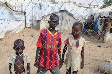 Children are seen living at a refugee camp in the South Sudan capital of Juba in this December 2016 file photo. The camp is surrounded by barbed wire. (Mainichi)