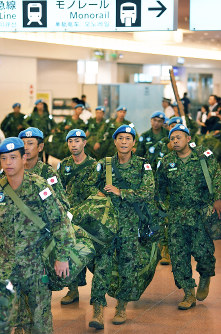 Ground Self-Defense Force members are seen at Tokyo's Haneda Airport on May 27, 2017, after coming back from South Sudan where they had participated in U.N. peacekeeping operations. (Mainichi)