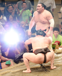 Yokozuna Hakuho forces out ozeki Terunofuji at Ryogoku Kokugikan in Tokyo to win his 38th career championship at the Summer Grand Sumo Tournament on May 27, 2017. (Mainichi)