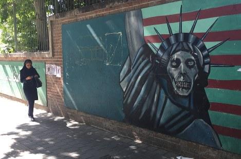 テヘランの旧米国大使館の外壁には、ドクロと化した自由の女神が描かれている。両国関係の険悪さを象徴する絵だ=テヘランで2017年5月17日