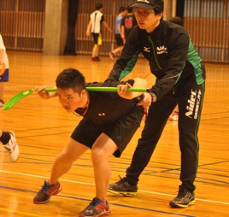 小沢さんの指導で正しい滑走姿勢を身につける「スピードスケートスクール」の生徒