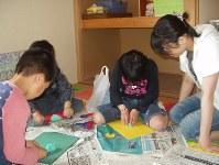 民間シェルターに避難した子どもたちが工作で遊ぶ=提供写真
