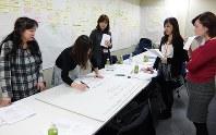 働き方の課題を話し合うリアーズのメンバー=損保ジャパン日本興亜提供