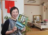 すっきりと片付いた原圭子さんの部屋。知人の祖母が100歳で縫った赤いミニ着物がお守り代わりだ=滋賀県彦根市で