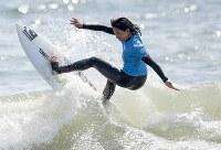 【サーフィン、一宮千葉オープン、男子QS6000、女子QS3000】一宮千葉オープンの女子で優勝した川合美乃里選手の決勝のライディング=千葉県一宮町で2017年5月28日、竹内紀臣撮影