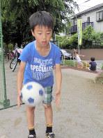 ボール遊びが再試行された公園で遊ぶ小学生=千葉県船橋市三咲8の大穴第2号公園で16日、青木英一撮影
