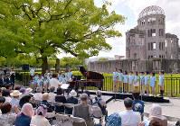 原爆ドーム前では、ピアニストの萩原麻未さんらによるコンサートが行われた=広島市中区で2017年5月27日午後2時35分、山田尚弘撮影