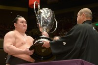 Yokozuna Hakuho receives the Emperor's Cup after winning the May Grand Sumo Tournament, on the final day of the 15-day competition at Tokyo's Ryogoku Kokugikan sumo venue, on May 28, 2017. (Mainichi)