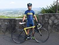 ロードバイクと篠原輝利さん=笠間市泉で