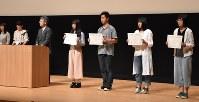 表彰を受ける入賞者ら=新潟市北区東栄町1の文化会館で